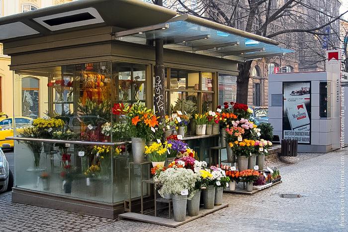Цветочная торговая площадь в людном месте