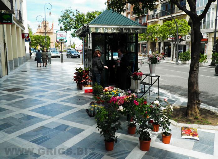 Цветочный киоск с людном проходном месте