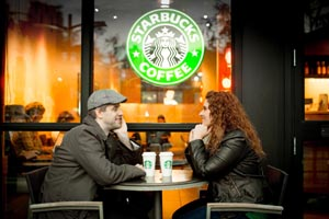 Мужчина и женщина в кафейне Старбакс