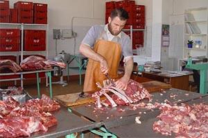 Мясник разделывает мясо