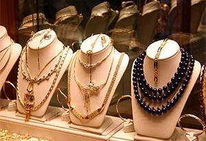 Ювелирные украшения в магазине