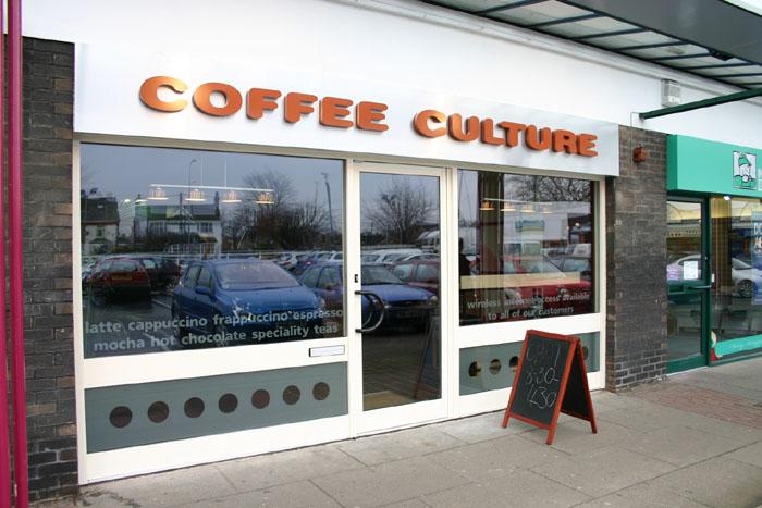 Вывеска Coffee на фасаде