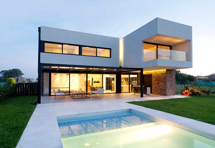 Современный частный дом с бассейном