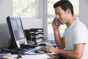 Активный предприниматель на телефоне