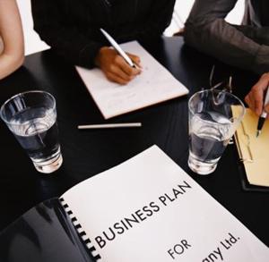 Написание бизнес плана за столом