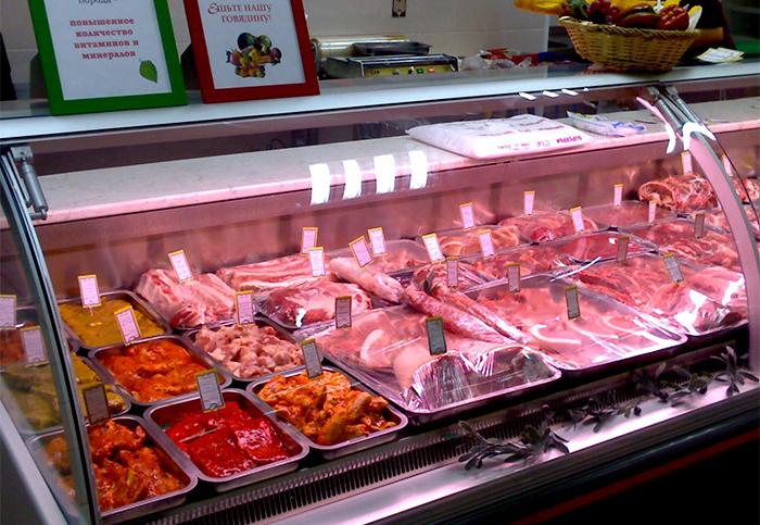 Выкладка мяса в витрине