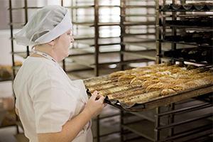 Пекарь на производстве