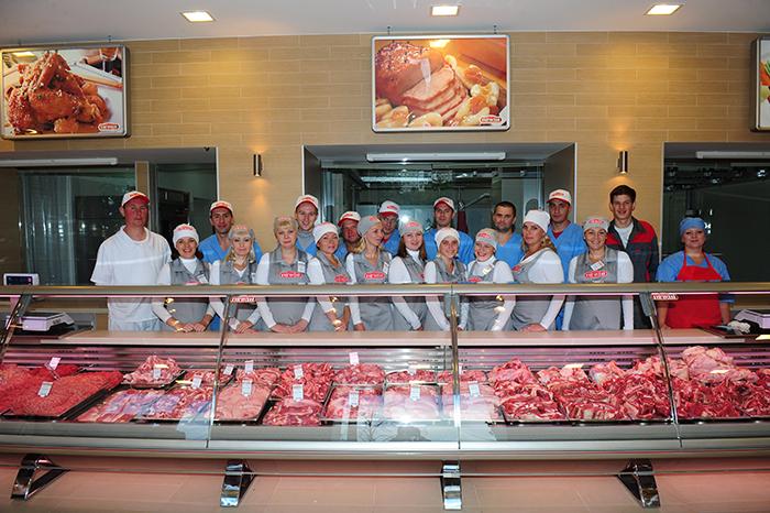 Сотрудники магазина по продаже мясной продукции